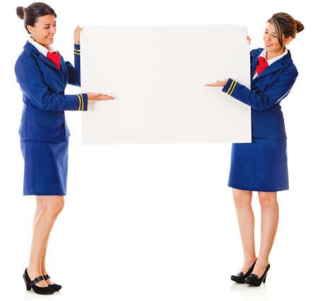 Los asistentes de vuelo titulares de un anuncio de la bandera - aislados en un fondo blanco photo