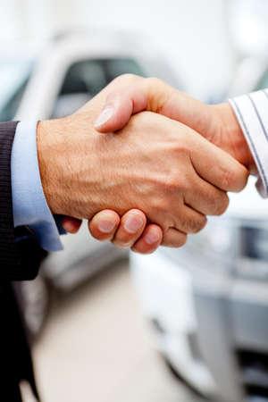 vendeurs: Business handshake pour cl�turer l'affaire apr�s l'achat d'une voiture