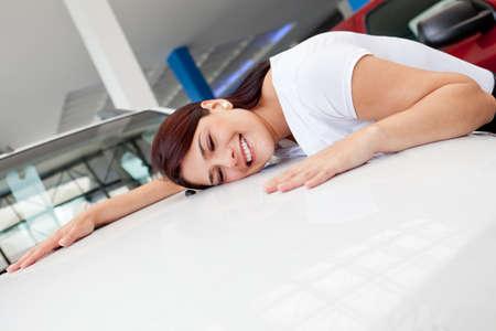 dream car: La mujer en el concesionario buscando un coche nuevo para comprar
