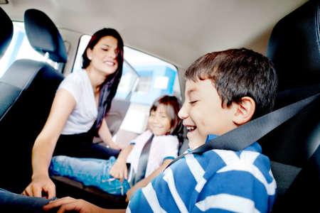 enfant banc: M�re inqui�te pour la s�curit� de ses enfants dans une voiture Banque d'images