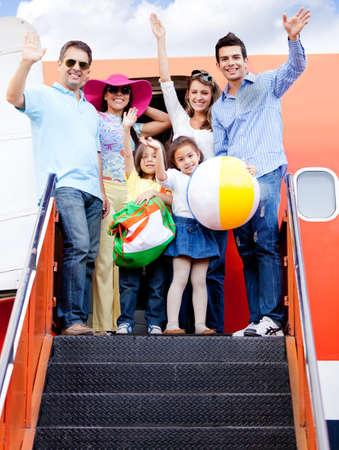 gente aeropuerto: Viaje de la familia feliz de viajar en avi�n y sonriendo