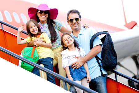 persona viajando: Familia de emprender un viaje viajar en avi�n