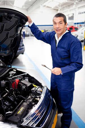 고치다: 정비공 자동차의 엔진을 고정 스톡 사진