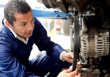 auto monteur: Man monteur bij de garage de vaststelling van een auto