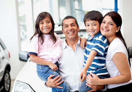 hispanic boy: Feliz familia comprar un coche nuevo en el concesionario