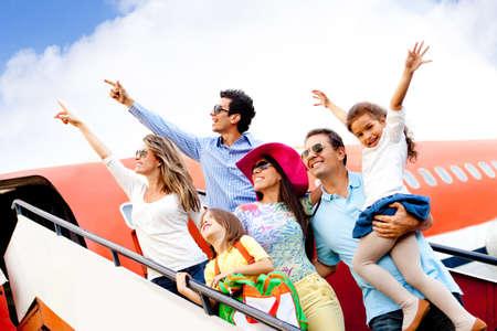 gente aeropuerto: Feliz grupo de personas que viajan en avi�n en sus vacaciones