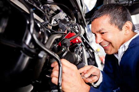 reparation automobile: M�canicien automobile travaille � l'atelier de r�paration automobile