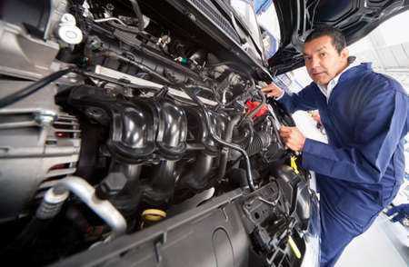 고치다: 차고에서 자동차 용 엔진을 고정 스톡 사진