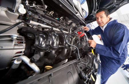 auto monteur: Auto monteur bij de garage de vaststelling van de motor