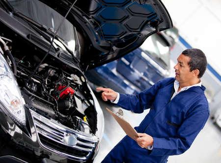auto monteur: Auto monteur bij de garage controleren van een motor