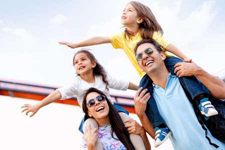 persona viajando: Feliz familia va de vacaciones y viajar en avi�n