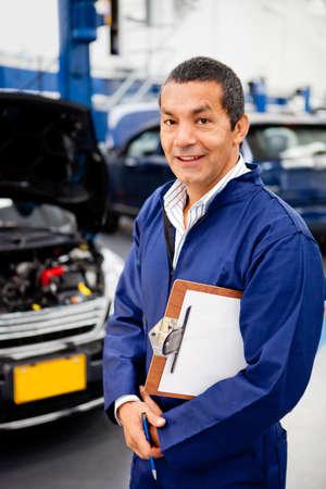mecanico: Mec�nico amistoso masculino para trabajar en un garaje Foto de archivo