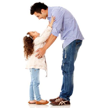 padre e hija: Ni�a abrazando a su padre - aislados en un fondo blanco