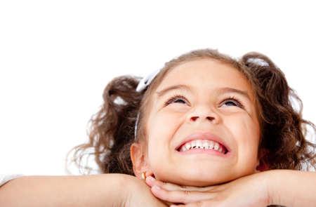 bambini pensierosi: Bella ragazza pensosa sorridente - isolato su uno sfondo bianco