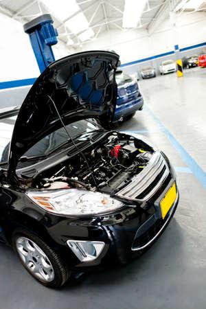 reparation automobile: Broken car � l'atelier de r�paration automobile