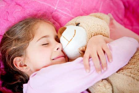 enfant qui dort: Mignon dormant petite fille avec un ours en peluche