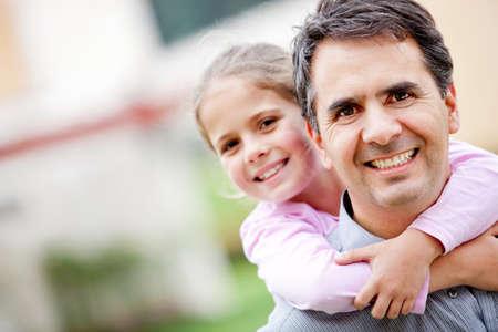 padre e hija: Padre dando a su hija a caballito