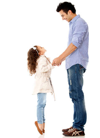 padre e hija: Chica de llegar a su padre - aislados en un fondo blanco Foto de archivo