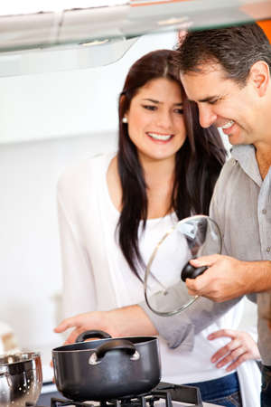 couple amoureux: Loving couple dans la cuisson de la cuisine � la maison