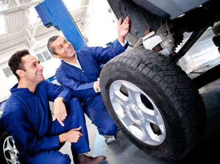 고치다: 차고에 차 구멍을 고정 기계