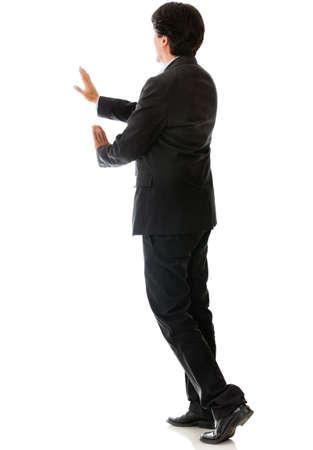 hombre empujando: Vista trasera de un hombre que empuja algo - aislados en un fondo blanco