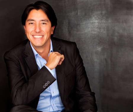 gente exitosa: Apuesto hombre de negocios mirando confiada y sonriente