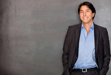 beau jeune homme: Homme d'affaires d�contract�e souriant et l'air confiant Banque d'images