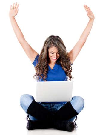 ganar: Mujer feliz con ordenador port�til - aislados en un fondo blanco