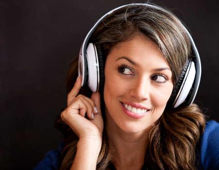 �couter: Portrait de femme �coutant de la musique avec un casque