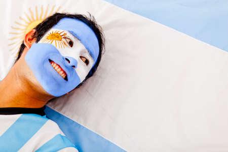 bandera argentina: Retrato de un hombre feliz sonriendo argentina