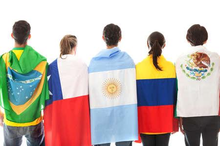 bandera argentina: Grupo de personas latinoamericanas con las banderas - aislados en un fondo blanco