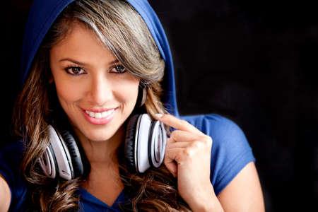 audifonos: Hermosa chica con los auriculares y con una hoddie Foto de archivo