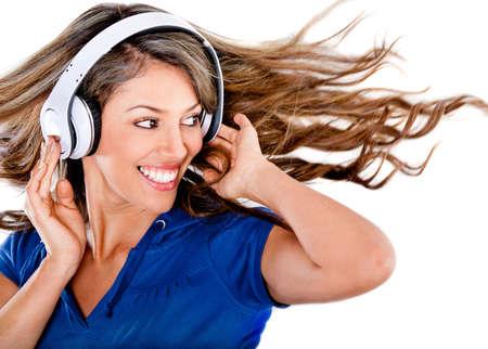 �couter: Femme d'�coute de la musique et s'amuser - isol� sur un fond blanc