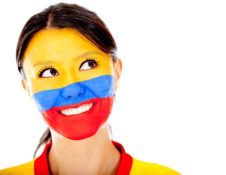 la bandera de colombia: Pensativo mujer colombiana con la cara pintada - aislados en un blanco Backgorund