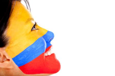 la bandera de colombia: La mujer con la bandera de Colombia pintada en su cara - aislados en un fondo blanco