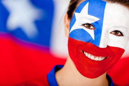 chilean flag: La mujer con la bandera chilena pintada en su rostro