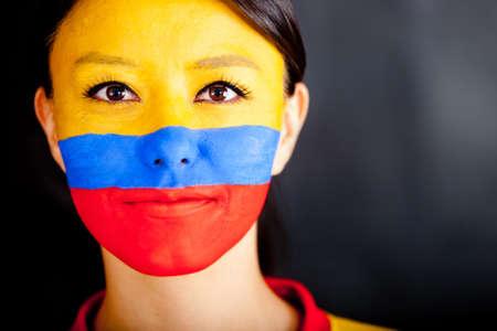 body paint: Retrato de una mujer colombiana con la bandera pintada en la cara