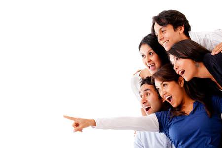 �tonnement: Femme de pointage et un groupe surprise � la recherche - isol�