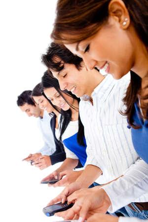 mobiele telefoons: Groep jonge mensen sms op hun telefoons - geà ¯ soleerd op wit