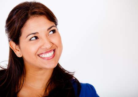 mujer pensativa: Feliz mujer pensativa mirando hacia arriba - aislados en blanco