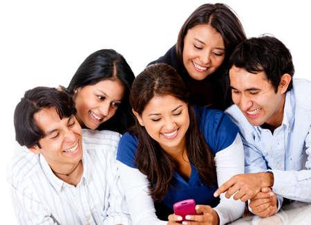 sociable: Gruppo di persone in cerca di un telefono cellulare e sorridente - isolato