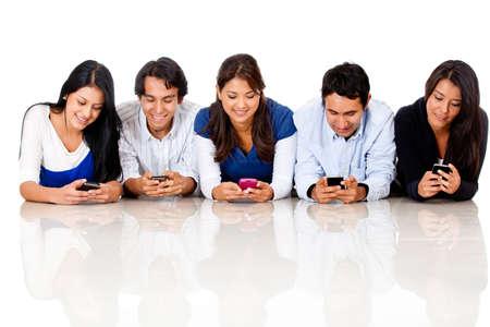 mobiele telefoons: Groep mensen sms op hun mobiele telefoon - geà ¯ soleerd op een witte achtergrond
