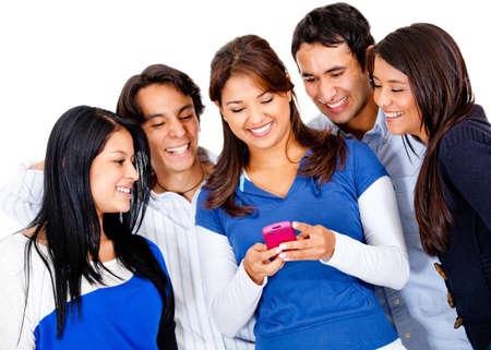 mobiele telefoons: Groep van vrienden tekstberichten op hun telefoons Stockfoto