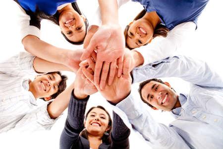 mani unite: Cerchia di amici con le mani insieme in mezzo - concetti di lavoro di squadra