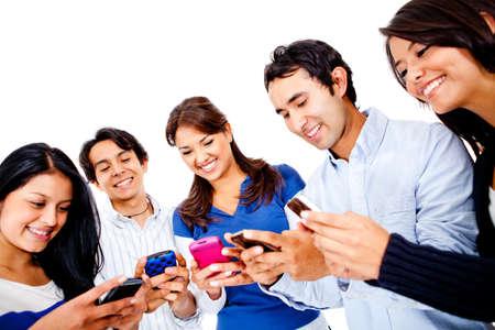 sociable: Gruppo di giovani di SMS sul loro cellulare - isolato su bianco