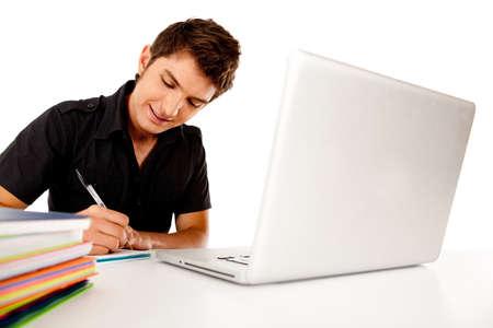 hombre estudiando: Estudiante feliz hombre con un ordenador port�til y ordenadores port�tiles aisladas