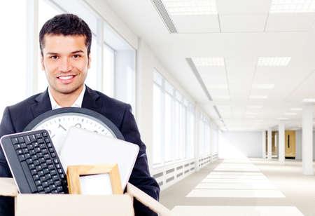 trasloco: Uomo d'affari entrando in un nuovo ufficio in possesso di un box Archivio Fotografico