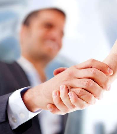 cerrando negocio: Hombre de negocios de cerrar un trato con un apret�n de manos Foto de archivo