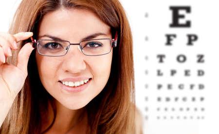 pr�voyance: Femme tenant un test de vision des yeux et des lunettes Banque d'images