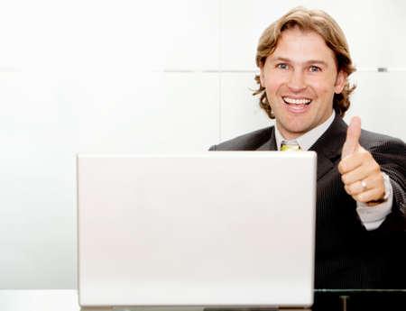positivismo: Hombre de negocios con los pulgares para arriba en la oficina
